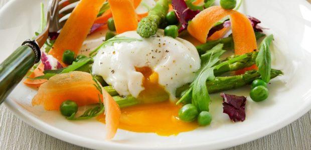 Uovo in camicia con verdure